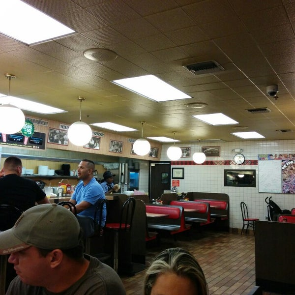 Photo taken at Waffle House by Vinicius S. on 10/14/2014