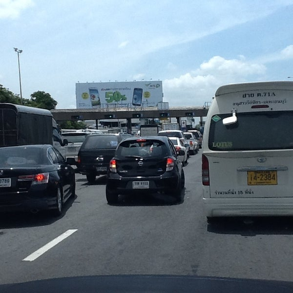 Photo taken at ด่านฯ ดาวคะนอง (Dao Khanong Toll Plaza) by [⚽️⛳️SURAK ⛳️⚽️ on 8/7/2013