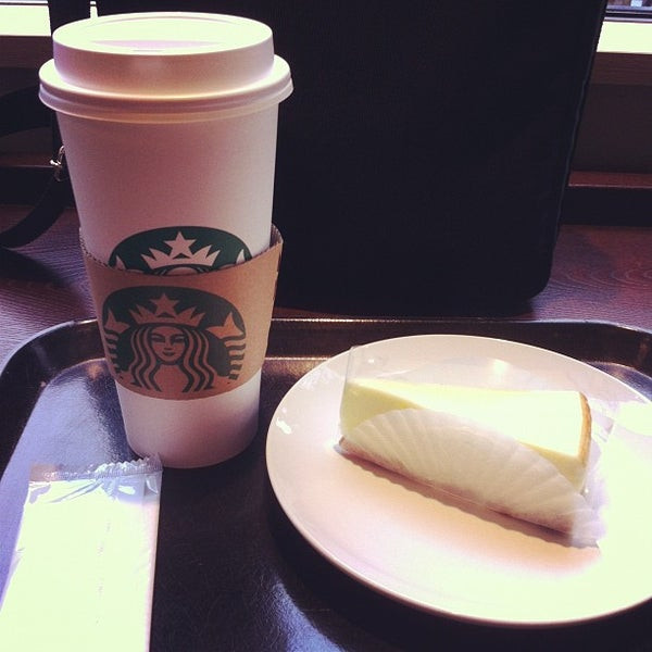 Photo taken at Starbucks Coffee 神楽坂下店 by HOPE on 10/30/2012
