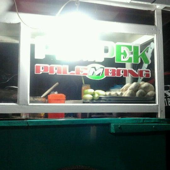 Photo taken at Roti Bakar Eddy by Raymond T. on 1/9/2012