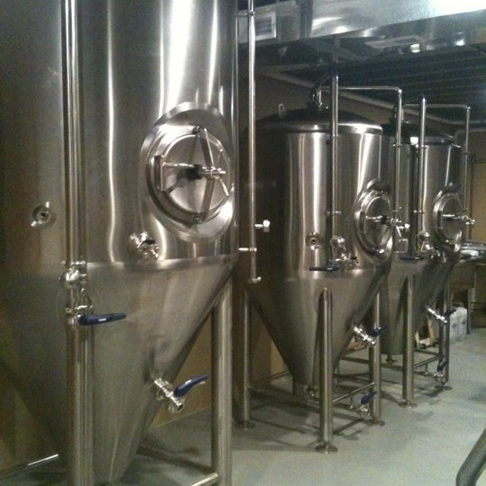 Photo taken at Obed & Isaac's Microbrewery and Eatery by Lisa E. on 1/1/2012