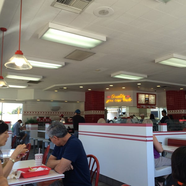 Photo taken at In-N-Out Burger by Leonardo T. on 7/13/2015