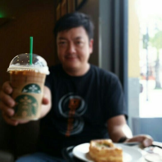Photo taken at Starbucks (สตาร์บัคส์) by Narong W. on 4/10/2015