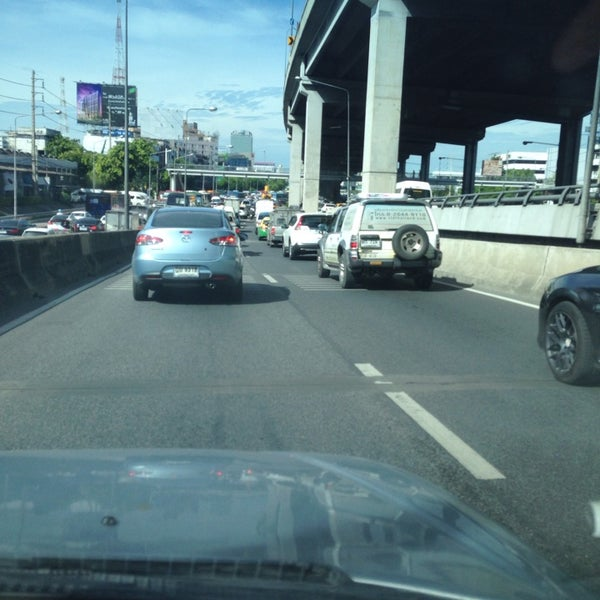 Photo taken at แยกสุทธิสาร (Sutthisan Intersection) by Itarun P. on 6/4/2014
