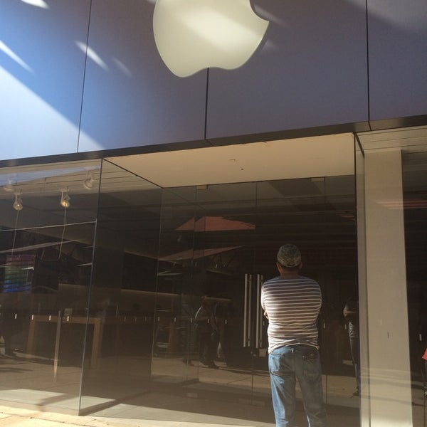 Photo taken at Apple Store, La Cantera by Luish R. on 11/23/2014