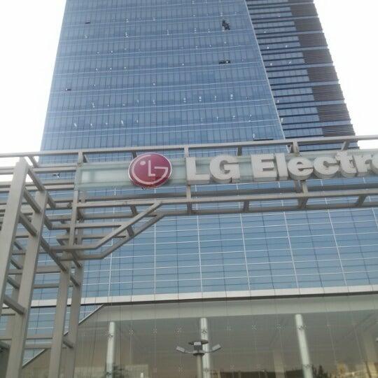 Photo taken at LG전자 가산 R&D 캠퍼스 (LG Electronics Gasan R&D Campus) by 행철 곽. on 10/19/2012