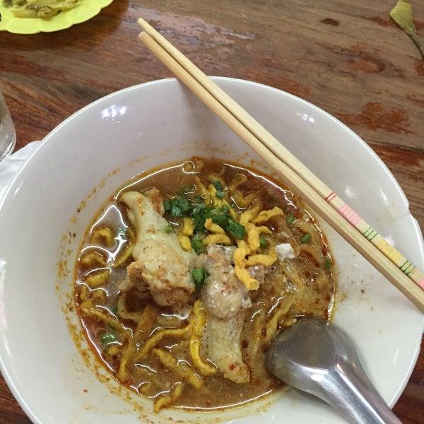 Photo taken at ข้าวซอยลําดวน ฟ้าฮ่าม (Kao Soi Lamduan Fa Ham) by yean V. on 6/1/2015