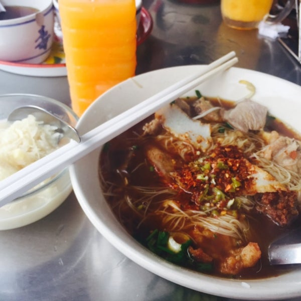Photo taken at ร้านยกเข่ง (โล่งโต้ง) by Sansanee P. on 8/8/2015