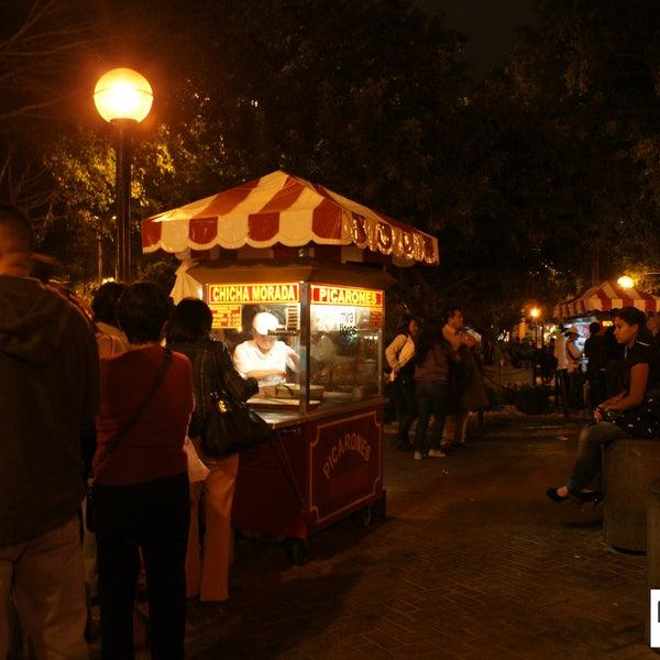 Los picarones o las butifarras son infaltables en un recorrido nocturno por el parque Kennedy