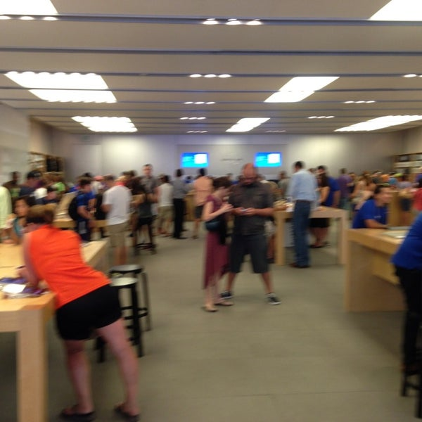Photo taken at Apple Store, La Cantera by Roberto M. on 7/7/2013