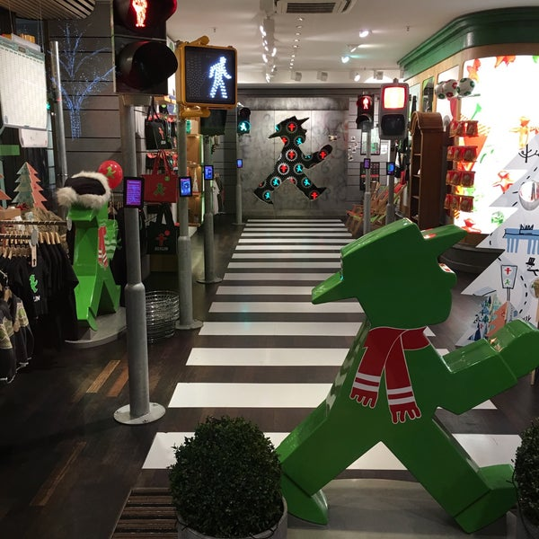 Photo taken at AMPELMANN Shop am Gendarmenmarkt by Yegor on 12/19/2015