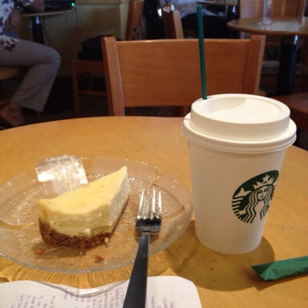 Photo taken at Starbucks by Rosi R. on 5/25/2014