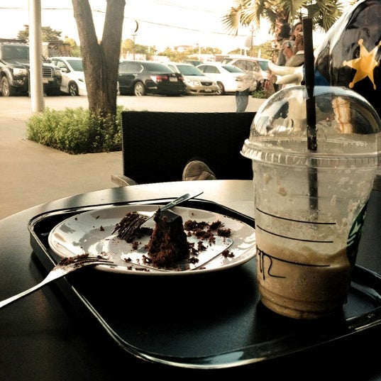 Photo taken at Starbucks (สตาร์บัคส์) by Kan C. on 11/12/2011