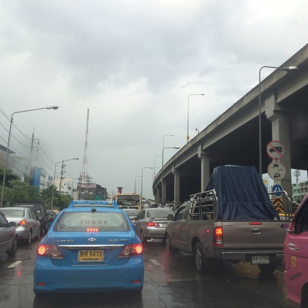 Photo taken at แยกสุทธิสาร (Sutthisan Intersection) by Raton J. on 8/18/2014
