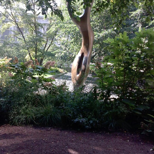 Photo taken at Sculpture Garden - Art Institute of Chicago by King R. on 8/24/2013