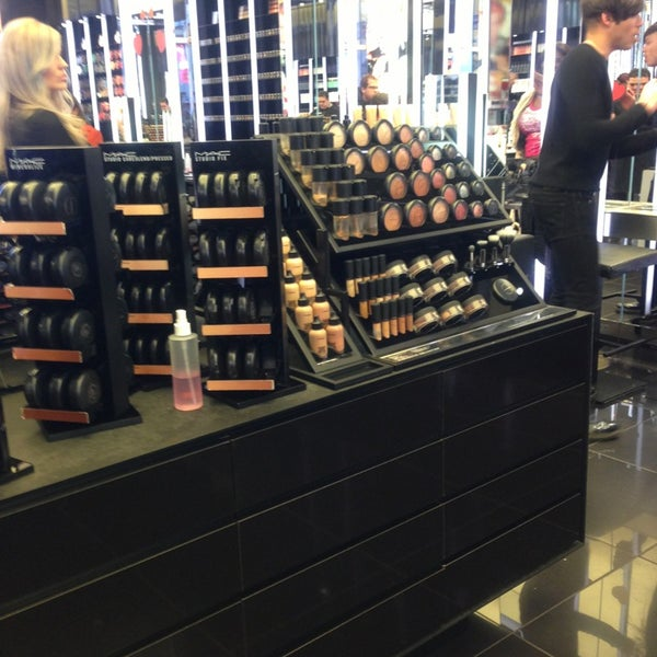 Photo taken at MAC Cosmetics by Manoel F. on 3/5/2013