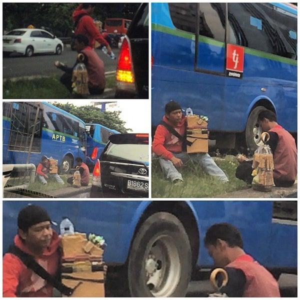 Photo taken at Perempatan Kuningan (Traffic Light) by hendra n. on 3/14/2015