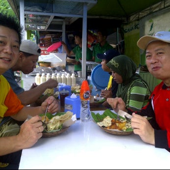 Photo taken at Nasi pecel bu Tari HCOS nginden by Budi S. on 2/4/2012