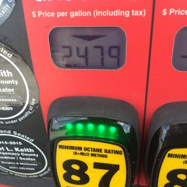 Photo taken at Kroger Fuel Center by Lesley on 6/18/2015