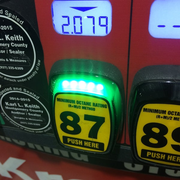 Photo taken at Kroger Fuel Center by Lesley on 4/28/2015