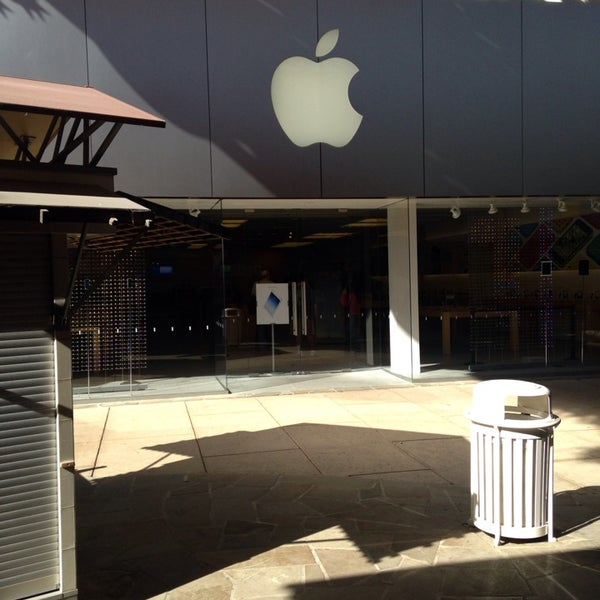 Photo taken at Apple Store, La Cantera by Jody C. on 1/19/2014