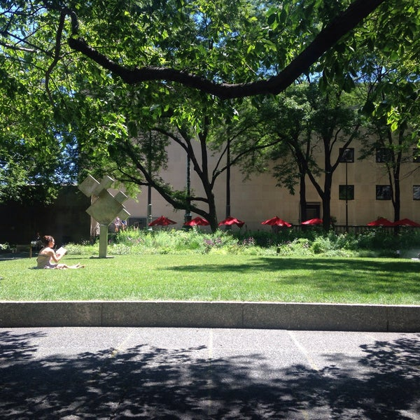 Photo taken at Sculpture Garden - Art Institute of Chicago by Wezz on 6/29/2016