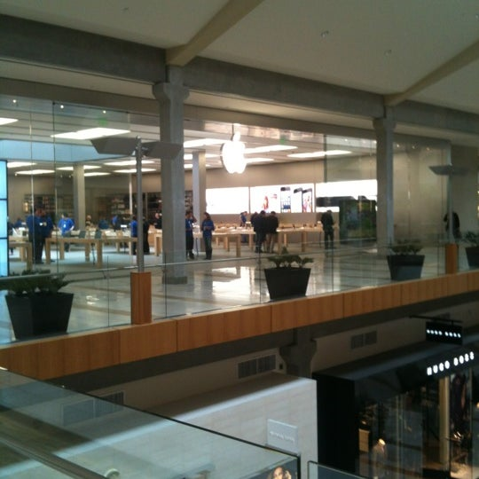 Photo taken at Apple Bellevue Square by Gyu Young J. on 10/19/2012