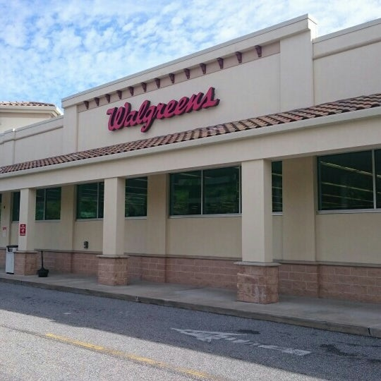 Photo taken at Walgreens by Leonardo C. on 1/30/2016