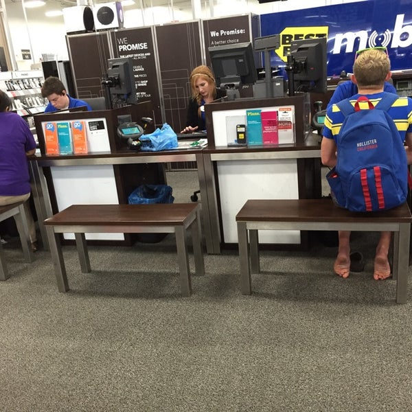 Photo taken at Best Buy by Eazy on 10/9/2014