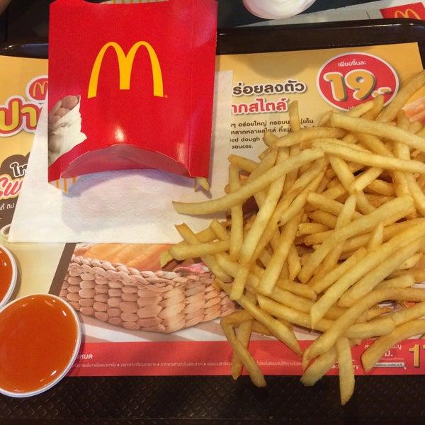 Photo taken at McDonald's (แมคโดนัลด์) by Mew P. on 8/2/2015
