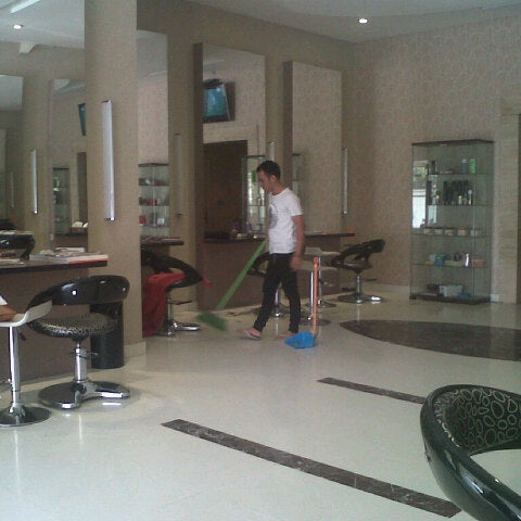 Photo taken at LUXE Salon by Firman S. on 7/4/2012