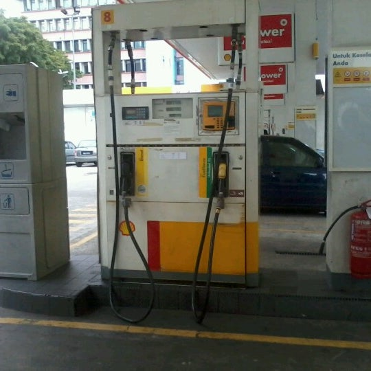 Photo taken at Shell (Hock Hoe Hin Hong Kee Sdn. Bhd.) by Noni J. on 7/24/2012