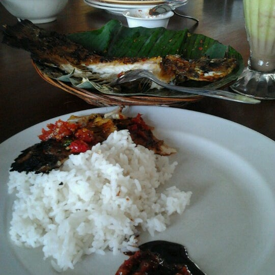 Photo taken at Ikan Bakar Bambu Haur by Subhan E. on 12/9/2012