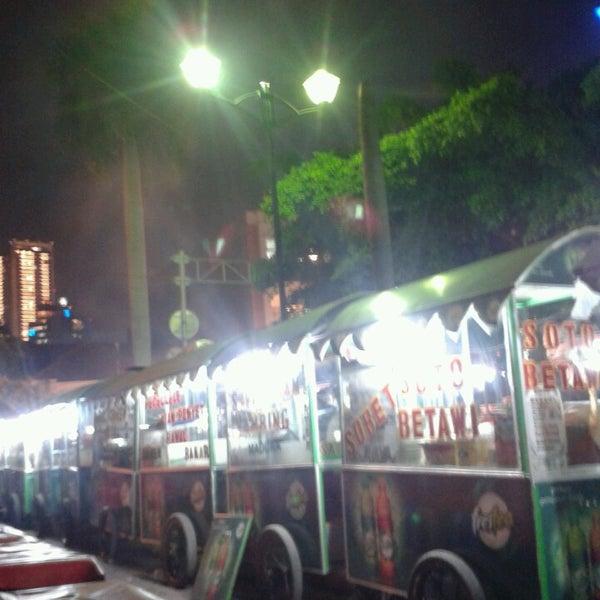 Photo taken at Pusat Jajanan Menteng by Fariz H. on 5/16/2013