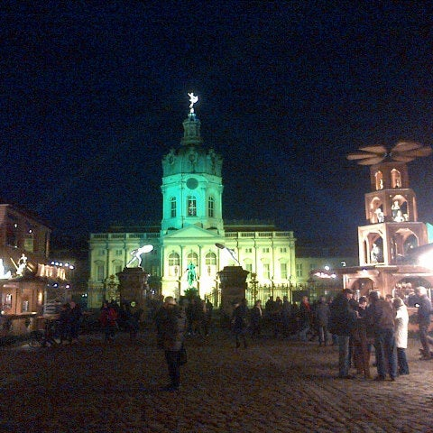 Photo taken at Weihnachtsmarkt vor dem Schloss Charlottenburg by Lay Lim T. on 11/27/2012