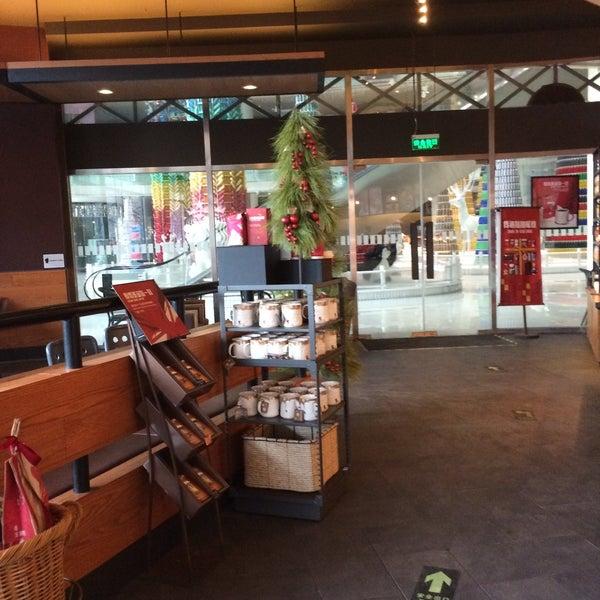 Photo taken at Starbucks 星巴克 by viola l. on 12/29/2014