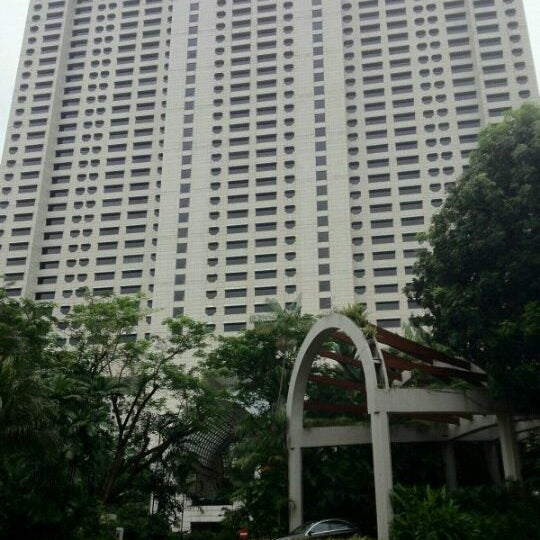 Photo taken at The Ritz-Carlton, Millenia Singapore by Dave on 9/22/2012