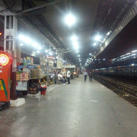 Photo taken at New Delhi Railway Station (NDLS) by Thierry L. on 10/10/2012