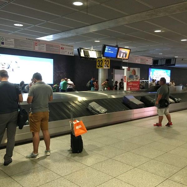 Wenn man beim Terminal 3 ankommt muss man Hölle lange Wege und Treppen durchlaufen bis man zur Passkontrolle kommt! Echt furchtbar!