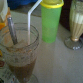 Photo taken at Warung Penyet Lesehan Mas Pur 3 by Liley R. on 5/31/2012