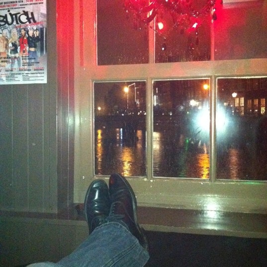 Photo taken at The Queen's Head by Saintmarco C. on 11/29/2011