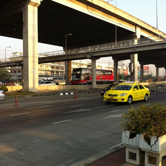 Photo taken at แยกสุทธิสาร (Sutthisan Intersection) by Oneput Q. on 1/21/2011