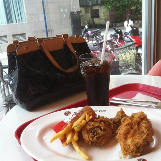 Photo taken at KFC by Duyen N. on 7/7/2012