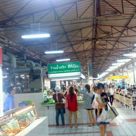 Photo taken at Food Center (ศูนย์อาหารเมืองทองธานี) by Phanomthep V. on 9/5/2011