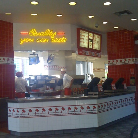 Photo taken at In-N-Out Burger by Hello I'm Shinoda  on 9/29/2011