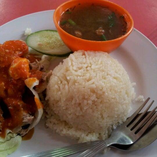 Photo taken at Restoran Warisan Maju by Syaizul H. on 3/20/2012