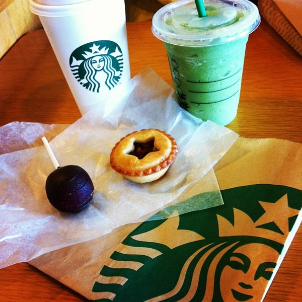 Photo taken at Starbucks by Ayaka I. on 4/8/2012