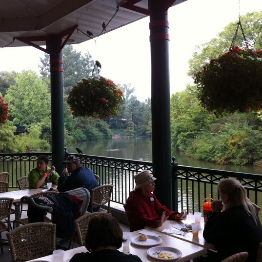 Photo taken at Lakeside Café @ Saint Louis Zoo by Laura S. on 9/18/2011