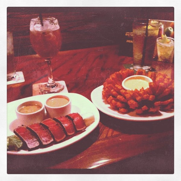 Photo taken at Outback Steakhouse by Nic ₩. on 7/22/2012