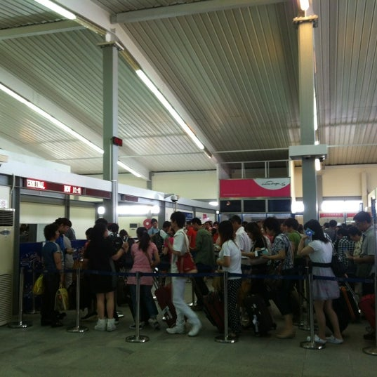 Photo taken at Taipa Ferry Terminal | Terminal Marítimo de Passageiros da Taipa | 氹仔客運碼頭 by Ceci on 6/25/2012